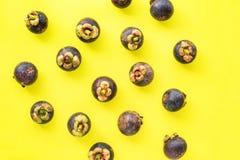 Mangostin tropisch fruit op gele anti-oxyderende bovenkant stock foto's