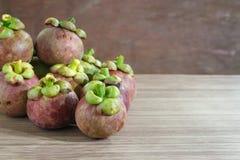 Mangoustan sur le plancher en bois Fruits frais Images stock