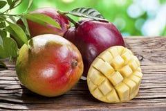 Mangovruchten op een houten lijst. royalty-vrije stock foto's