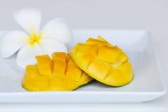 Mangowa owoc na bielu talerzu na bielu Zdjęcia Stock