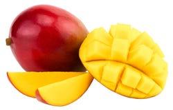 Mangowa owoc z mangowymi sześcianami i plasterkami Odizolowywający na białym bac fotografia stock