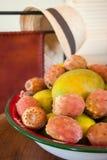 Mangowej i kłującej bonkrety kaktusa owoc w talerzu Obraz Royalty Free