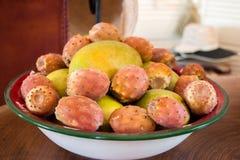 Mangowej i kłującej bonkrety kaktusa owoc w talerzu Zdjęcie Royalty Free