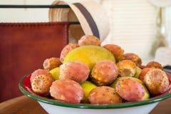 Mangowej i kłującej bonkrety kaktusa owoc w talerzu Fotografia Royalty Free