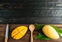 Mangowi desery na drewnianym odgórnym widoku Zdjęcie Stock
