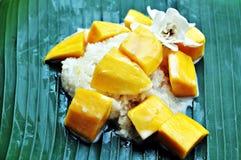 Mangowi i kleiści ryż z kokosowym mlekiem obraz stock