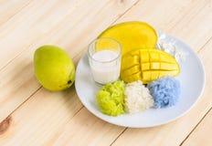 Mangowi i naturalni barwioni kleiści ryż z kokosowym mlekiem, Tajlandzki de Zdjęcia Stock