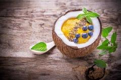 Mangowi smoothies dla śniadania z garnirunkiem Zdjęcie Royalty Free