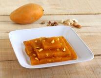 Mangowy Halwa Wyśmienicie Indiański Słodki naczynie na tacy fotografia stock