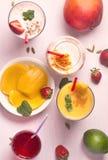 Mangowy i truskawkowy lassi Zdjęcia Royalty Free