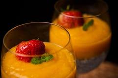 Mangowy mousse z chia ziarnami i kokosowym mlekiem Obrazy Stock