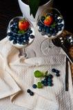 Mangowy mousse z czarnymi jagodami w win szkłach Zdjęcia Royalty Free