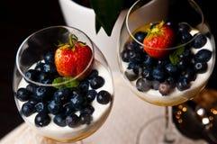 Mangowy mousse z czarnymi jagodami w win szkłach Zdjęcia Stock
