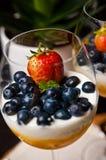 Mangowy mousse z czarnymi jagodami w win szkłach Obraz Royalty Free