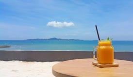 Mangowy potrząśnięcie z jaskrawym nieba i morza tłem Obrazy Royalty Free