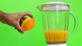 mangowy sok z blender na zielonym tle, zdjęcia stock