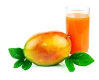 Mangowy sok z mangową owoc z liśćmi Fotografia Royalty Free