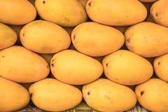 Mangue à vendre à un magasin local de fruit Photo stock