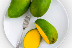 Mangue coupée en tranches d'un plat Images stock