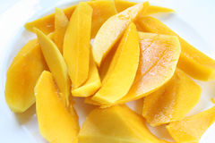 Mangue coupée en tranches dans le plat Photo stock