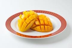 Mangue coupée en tranches dans un plat Images stock