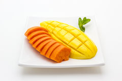 Mangue et papaye sur le fond blanc photos stock