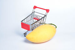 Mangue et petit caddie sur un fond blanc Photo stock