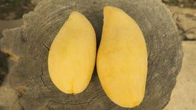 Mangue fraîche avec le fond en bois image stock