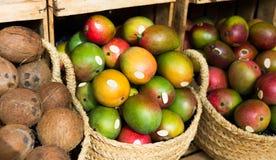 Mangue juteuse mûre dans les paniers en osier sur le compteur du marché photographie stock