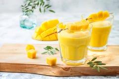 Mangue Lassi, yaourt ou smoothie avec le safran des indes Boisson froide indienne probiotic saine d'été photo stock
