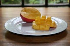 Mangue tropicale coupée en tranches fraîche d'un plat blanc Photographie stock libre de droits