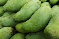 Mangue verte fraîche en gros plan, mangue sur le marché superbe Image stock