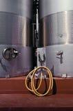 Mangueira amarela da lavagem e tanques de aço inoxidáveis Fotografia de Stock