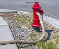 Mangueira de fogo conncted à boca de incêndio imagens de stock royalty free