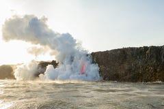 A mangueira de fogo da lava entra no oceano em Havaí fotografia de stock