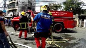 Mangueira de fogo da montagem do bombeiro ao carro de bombeiros