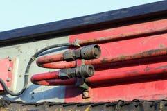 mangueiras e tubos do sistema hidráulico da maquinaria pesada - faça à máquina para martelar as pilhas na junção de estrada da co imagens de stock royalty free