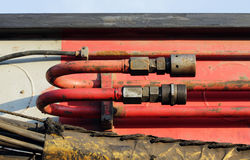 mangueiras e tubos do sistema hidráulico da maquinaria pesada - faça à máquina para martelar as pilhas na junção de estrada da co imagem de stock royalty free