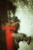 Manguera de bomberos en el edificio viejo Foto de archivo libre de regalías