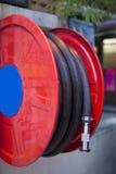 Manguera de bomberos en la comunidad para la seguridad Fotografía de archivo libre de regalías