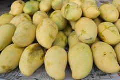 Mangues fraîches à une stalle de fruit Images stock
