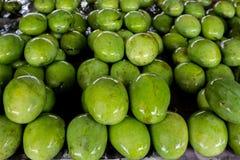 Mangues fraîches à une stalle de fruit Image stock