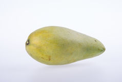 mangues ou mangues jaunes de vert sur le fond Photographie stock
