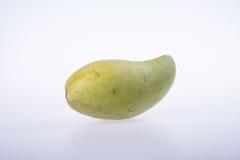 mangues ou mangues jaunes de vert sur le fond Images stock
