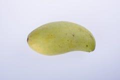 mangues ou mangues jaunes de vert sur le fond Image stock