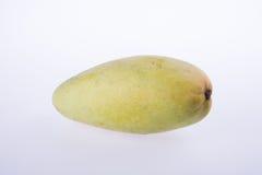 mangues ou mangues jaunes de vert sur le fond Photos stock