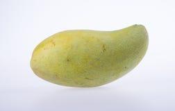 mangues ou mangues jaunes de vert sur le fond Photographie stock libre de droits
