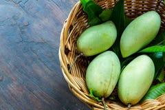 Mangues sur le panier en Thaïlande Image stock