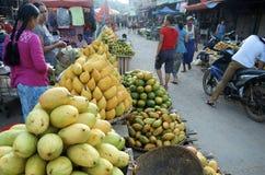 Mangues tout empilées au marché occupé Image stock