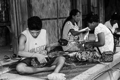 Mangyan Iraya stam som väver korgen Arkivbilder